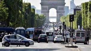 صورة توضيحية: الشرطة تفرض طوقا أمنيا على شارع الشانزلزيه بعد هجوم استهدف رجال شرطة في باريس، 19 يونيو، 2017. (AFP/Alain Jocard)