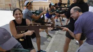 سياح اجانب يشاركون في تدريب 'مكافحة ارهاب' في كاليبر 3، في مستوطنة افرات في الضفة الغربية، 18 يوليو 2017 (AFP PHOTO / MENAHEM KAHANA)