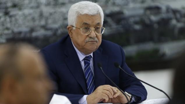 رئيس السلطة الفلسطينية محمود عباس خلال اجتماع للقيادة الفلسطينية في مدينة رام الله بالضفة الغربية، في 25 يوليو / تموز 2017. (AFP/ABBAS MOMANI)