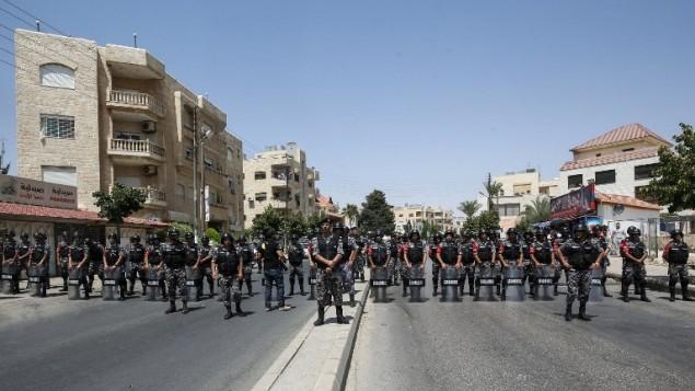 قوى الأمن الأردنية خلال مظاهرات بالقرب من السفارة الإسرائيلية في عمان، 28 يوليو، 2017، تدعو إلى إغلاق السفارة وطرد السفيرة وألغاء معاهدة السلام التي تم التوقيع عليها في عام 1994. (AFP/KHALIL MAZRAAWI)