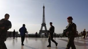 صورة توضيحية: جنود فرنسيون امام برج ايفل في العاصمة الفرنسية باريس، 23 ابريل 2017 (LUDOVIC MARIN / AFP)