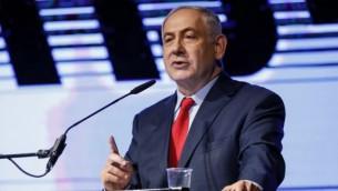 رئيس الوزراء بنيامين نتنياهو يلقي خطابا خلال تجمع دعم من قبل أعضاء حزب الليكود وناشطين في مركز المؤتمرات في  تل أبيب في 9 أغسطس 2017.  (AFP/Jack GUEZ)