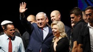 رئيس الوزراء بنيامين نتنياهو وزوجته سارة خلال مظاهرة لاعضاء حزب الليكود وناشطين لدعمه في وجه تحقيقات الفساد ضده، في تل ابيب، 9 اغسطس 2017 (AFP/Jack GUEZ)