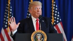 الرئيس الأمريكي يتحدث للصحافة حول الاحتجاجات في تشارلوتسفيل في 12 أغسطس، 2017، في 'ترامب ناشونال غولف كلاب' في بدمينستر، نيوجيرسي. (AFP PHOTO / JIM WATSON)