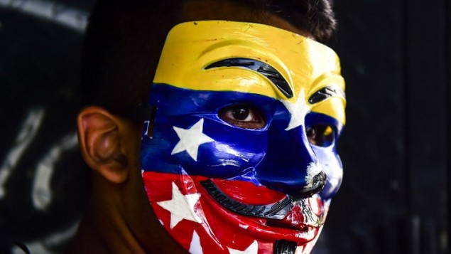 ناشط في المعارضة يشارك في تظاهرات في كاراكاس في 12 أغسطس، 2017، مع تصاعد الاضطرابات في الأشهر الأربعة الأخيرة، والتي أسفرت عن مثتل 130 شخصا في اشتباكات بين المتظاهرين وقوى الأمن. (RONALDO SCHEMIDT / AFP)