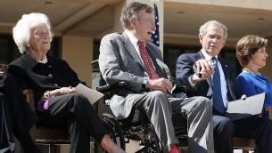 الرئيسان الاميركيان السابقان جورج بوش الاب وجورج دبليو بوش، 25 ابريل 2013 (ALEX WONG / GETTY IMAGES NORTH AMERICA / AFP)