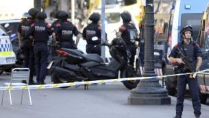 عناصر الشرطة الاسبانية في ساحة هجوم دهس وقع في برشلونة، 17 اغسطس 2017 (JOSEP LAGO / AFP)