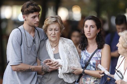 الناس يهدئون بعضهم البعض بعد أن اقتحمت سيارة  حشدا مما أسفر عن مقتل شخصين وإصابة عدد آخر بجروح في رامبلا في برشلونة في 17 أغسطس 2017. (PAU BARRENA / AFP)