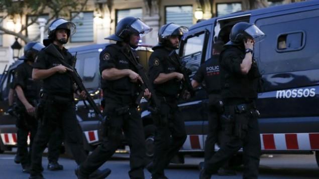 عناصر الشرطة الاسبانية في ساحة هجوم دهس في برشلونة، 17 اغسطس 2017 (AFP PHOTO / PAU BARRENA)