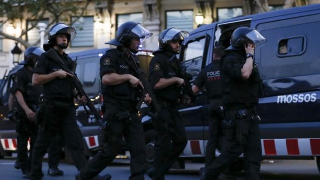 عناصر الشرطة الاسبانية في ساحة هجوم دهس وقع في برشلونة، 17 اغسطس 2017 (PAU BARRENA / AFP)