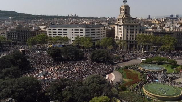 يغادر الناس ساحة بلازا دي كاتالونيا بعد دقيقة صمت لضحايا هجوم برشلونة في 18 أغسطس 2017، بعد يوم واحد من اقتحام شاحنة حشدا، مما أسفر عن مقتل 13 شخصا وجرح أكثر من 100 في رامبلا في برشلونة. (AFP PHOTO / LLUIS GENE)