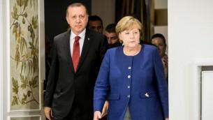 الرئيس التركي رجب طيب اردوغان والمستشارة الألمانية انغيلا ميركل قبل لقاء ثنائي عشية قمة مجموعة العشرين في هامبرغ، 6 يوليو 2017 (MICHAEL KAPPELER / POOL / AFP)