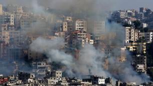 الدخان بتصاعد من مباني في مخيم عين الحلوة للاجئين الفلسطينيين في لبنان، اثناء اشتباكات بين قوات فلسطينية ومقاتلين اسلاميين، 19 اغسطس 2017 (AFP PHOTO / Mahmoud ZAYYAT)