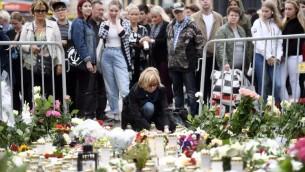 شموع وزهور في ذكرى ضحايا هجوم طعن يوم الجمعة في مدينة توركو الفنلندية، 19 اغسطس 2017 (VESA MOILANEN / LEHTIKUVA / AFP)