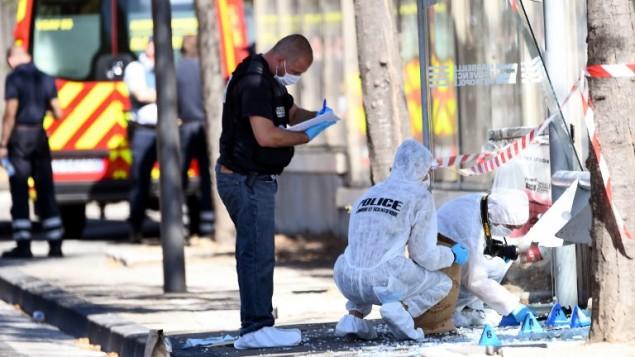 شرطة الأدلة الجنائية الفرنسية  تقوم بتمشيط موقع اصطدام مركبة بمحطة حافلات في 21 أغسطس، 2017، في مدينة مرسيليا، جنوب فرنسا. (AFP PHOTO / boris HORVAT)