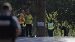عناصر الشرطة الإسبانية يفحصون موقع اطلاق النار علىيونس ابو يعقوب الذي يشتبه بانه السائق الفار للشاحنة التي دهست حشدا في برشلونة، 21 اغسطس 2017 (LLUIS GENE / AFP)
