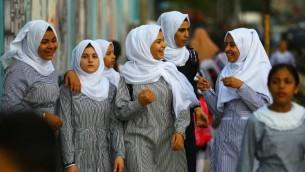 صورة توضيحية، تلميذات فلسطينية بطريقهن الى اول يوم في السنة الدراسية في مدرسة تابعة للأمم المتحدة في مخيم الشاطئ في قطاع غزة، 23 اغسطس 2017 (AFP/ MOHAMMED ABED)
