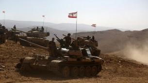 دبابات ترفع العلم اللبناني في منطقة تم استعادتها من تنظيم الدولة الإسلامية على الحدود السورية اللبنانية، 28 اغسطس 2017 (AFP/PATRICK BAZ)