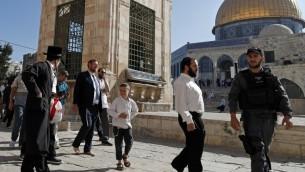 عضو الكنيست يهودا غليك يمشي حافيا، برفقة عناصر شرطة اسرائيلية وداعمين، داخل الحرم القدسي، 29 اغسطس 2017 (AHMAD GHARABLI / AFP)