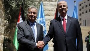 لرئيس الوزراء الفلسطيني رام الحمد الله (من اليمين) يستقبل الأمين العام للأمم المتحدة أنطونيو غوتيريش (من اليمين) في مدينة رام الله في الضفة الغربية، 29 أغسطس، 2017. (AFP Photo/Abbas Momani)