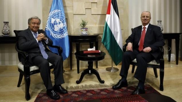 الأمين العام للأمم المتحدة أنطونيو غوتيريش (من اليسار) يلتقي برئيس الوزراء الفلسطيني رام الحمد الله (من اليمين) في مدينة رام الله في الضفة الغربية، 29 أغسطس، 2017.  (AFP Photo/Pool/Mohamad Torokman)