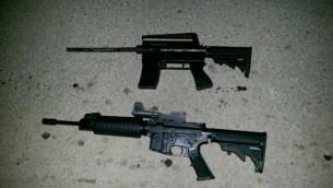 بندقية  M16 وسلاح محلي الصنع عثر عليهما  الجيش الإسرائيلي في مداهمات في الضفة الغربية، 28 أغسطس، 2017. (IDF Spokesperson)