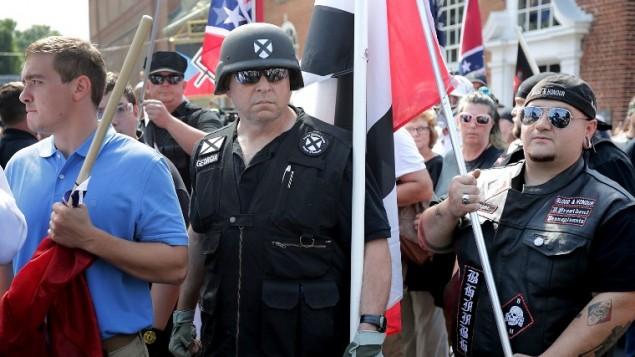 """مئات من القوميين البيض والنازيين الجدد وأعضاء من """"اليمين المتطرف"""" في مسيرة أسفل شارع السوق الشرقي نحو منتزه لي بارك خلال تجمع """"توحيد اليمين"""" 12 أغسطس 2017، في تشارلوتسفيل، فيرجينيا. (Chip Somodevilla/Getty Images/AFP)"""