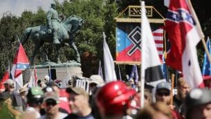 تمثال الجنرال روبرت اي. لي، قائد قوات الجنوب الكونفدرالية خلال الحرب الأهلية، وراء حشد من مئات القوميين البيض والنازيين الجدد وأعضاء حركة 'اليمين البديل' خلال مسيرة 'وحدوا اليمين' في 12 أغسطس، 2017 في تشارلوتسفيل، فيرجينيا. (Chip Somodevilla/Getty Images/AFP)