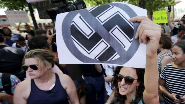 متظاهرون يهتفون ضد النازية في شارلوتسفيل، فيرجينيا، 13 اغسطس 2017 (CHIP SOMODEVILLA / GETTY IMAGES NORTH AMERICA / AFP)