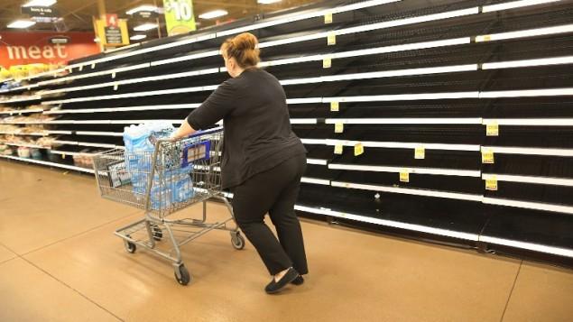رفوف فارغى في متجر في ولاية تكساس الامريكية، بينما يتهيأ السكان لوصول الاعصار هارفي، 24 اغسطس 2017 (JOE RAEDLE / GETTY IMAGES NORTH AMERICA / AFP)