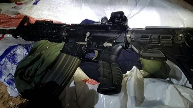 بندقية تم العثور عليها داخل سيارة مشتبه به فلسطيني في الضفة الغربية، 22 اغسطس 2017 (Israel Defense Forces)