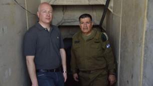 مبعوث الرئيس الامريكي دونالد ترامب للسلام، جيسون غرينبلات، يزور نفق حفرته حماس مع منسق النشاطات الحكومية في الاراضي الجنرال يؤاف مردخاي، 30 اغسطس 2017 (COGAT Spokesperson's Office)