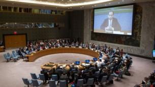 صورة لقاعة مجلس الأمن الدولي خلال كلمة لزيد بن رعد الحسين (الظاهر على الشاشة)، مفوض الأمم المتحدة السامية لحقوق الإنسان، عبر الفيديو  في نقاش مفتوح للمجلس حول ضحايا الهجمات والاعتداءات على أسس إثنية ودينية في الشرق الأوسط، 27 مارس، 2015 في نيويورك. (UN photo)