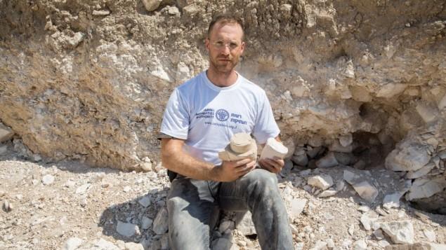الدكتور يوناتان أدلر في موقع حفريات المحجر لانتاج الاوعية الحجرية  في الرينة في الجليل الأسفل. (Samuel Magal/IAA)