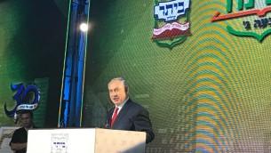 رئيس الوزراء بنيامين نتنياهو يتحدث خلال حفل لافتتاح حي جديد في مستوطنة بيتار عيليت، 3 اغسطس 2017 (Jacob Magid/Times of Israel)