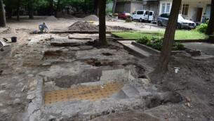 الحمامات الشعائرية في الكنيس الكبير في فيلنيوس، حفرها فريق من علماء الآثار الإسرائيليين والأمريكيين والليتوانيين، صيف 2017. (John Seligman/IAA)