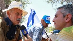 مراسل الجزيرة الياس كرام يجري مقابلة امام حائط المبكى في القدس، 30 يوليو 2009 (Rishwanth Jayapaul/FLASH90)