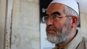 الشيخ رائد صلاح، رئيس الفرع الشمالي للحركة الإسلامية في إسرائيل، يصل إلى المحكمة في القدس، 5 نوفمبر، 2009. (Kobi Gideon / FLASH90)
