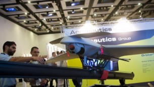 طائرة مسيرة تكتيكية صغيرة من طراز ORBITER 3 معروضة في مؤتمر UVID 2014، في 'ايربورت سيتي'، إسرائيل، 17 سبتمبر، 2014. (صزرة توضيحية:  Miriam Alster/Flash90)