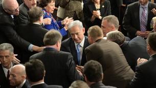 رئيس الوزراء الاسرائيلي بنيامين نتانياهو عند استقبال اعضاء في الكونغرس له قبل ان يلقي خطابا امام الكونغرس الاميركي  في واشنطن العاصمة مطالبا برفض اتفاق نووي سيئ مع ايران. في 3 مارس 2015. (Amos Ben Gershom/ GPO).