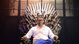 عضو الكنيست أورن حزان يجلس على نموذج للعرش الحديدي من المسلسل التلفزيوني Game of Thrones خلال عرض في تل أبيب، 5 أبريل، 2015. (Tomer Neuberg/Flash90)