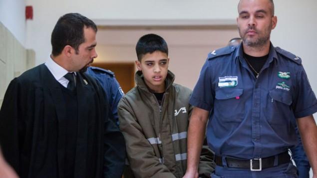 الفتى الفلسطيني أحمد مناصرة (وسط الصورة) في المحكمة المركزية في القدس، 25 سبتمبر، 2015. (Yonatan Sindel/Flash90)