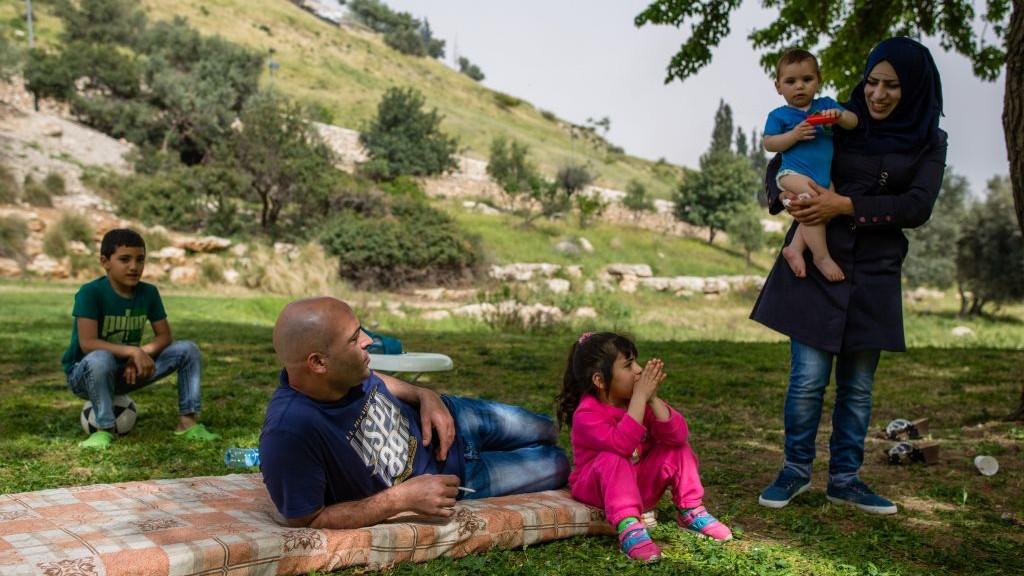 صورة توضيحية: عائلة تجلس في حديقة، بالقرب من حي ابو طور في القدس الشرقية، 8 ابريل 2016 (Corinna Kern/FLASH90)