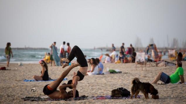 صورة توضيحية: اسرائيليون يستمتعون بالشاطئ في تل أبيب خلال موجة حرارية تضرب إسرائيل، 16 مايو / أيار 2016. (Miriam Alster/Flash90)