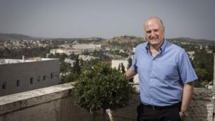 السفير الإسرائيلي لدى مصر دافيد جبرين في منزله في ميفسيريت تسيون، بالقرب من القدس، في 5 يونيو 2016. (Hadas Parush/Flash90)