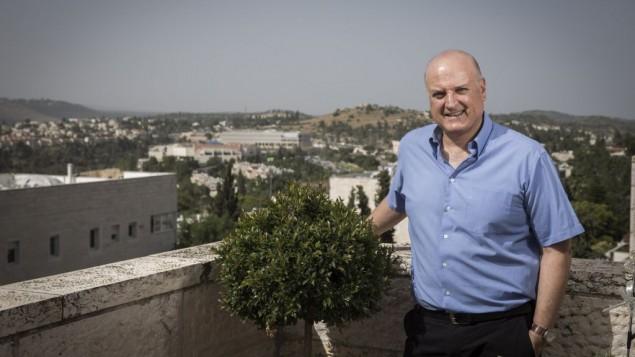 السفير الإسرائيلي لدى مصر دافيد غوفرين في منزله في مافسيرت تسيون، بالقرب من القدس، 5 يونيو، 2016. (Hadas Parush/Flash90)