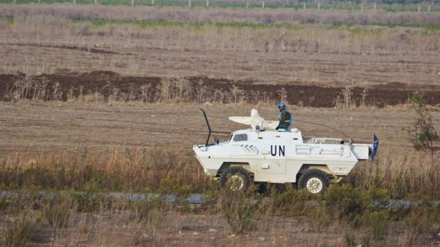 قوات تابعة للأمم المتحدة تقوم بدورية على الجانب اللبناني من الحدود مع إسرائيل بالقرب من المطلة، شمال إسرائيل، 10 نوفمبر، 2016. (Doron Horowitz/Flash90)