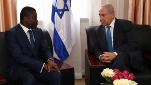 رئيس الوزراء بنيامين نتنياهو يلتقي برئيس توغو فور غناسينغبي خلال قمة ايكواس في مونروفيا، ليبريا، 4 يونيو 2017 (Kobi Gideon/GPO/Flash90)