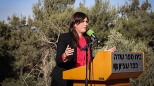 نائبة وزير الخارجية تسيبي حطفلي تتحدث خلال افتتاح اعمال بناء حي جديد في مستوطنة كفار عتصيون في الضفة الغربية، 7 يونيو 2017 (Gershon Elinson/Flash90)