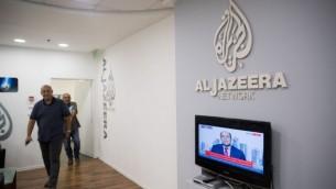 عمال في مكاتب الجزيرة في القدس في 13 يونيو 2017. (Yonatan Sindel/Flash90)